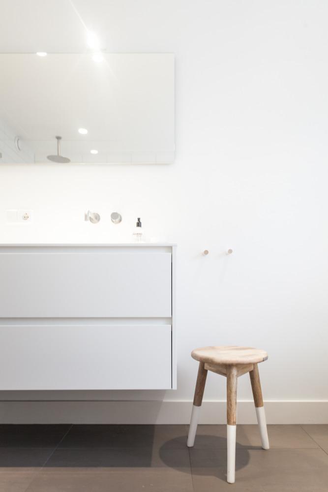 Verbouwing jaren 30-woning badkamer krukje wastafel