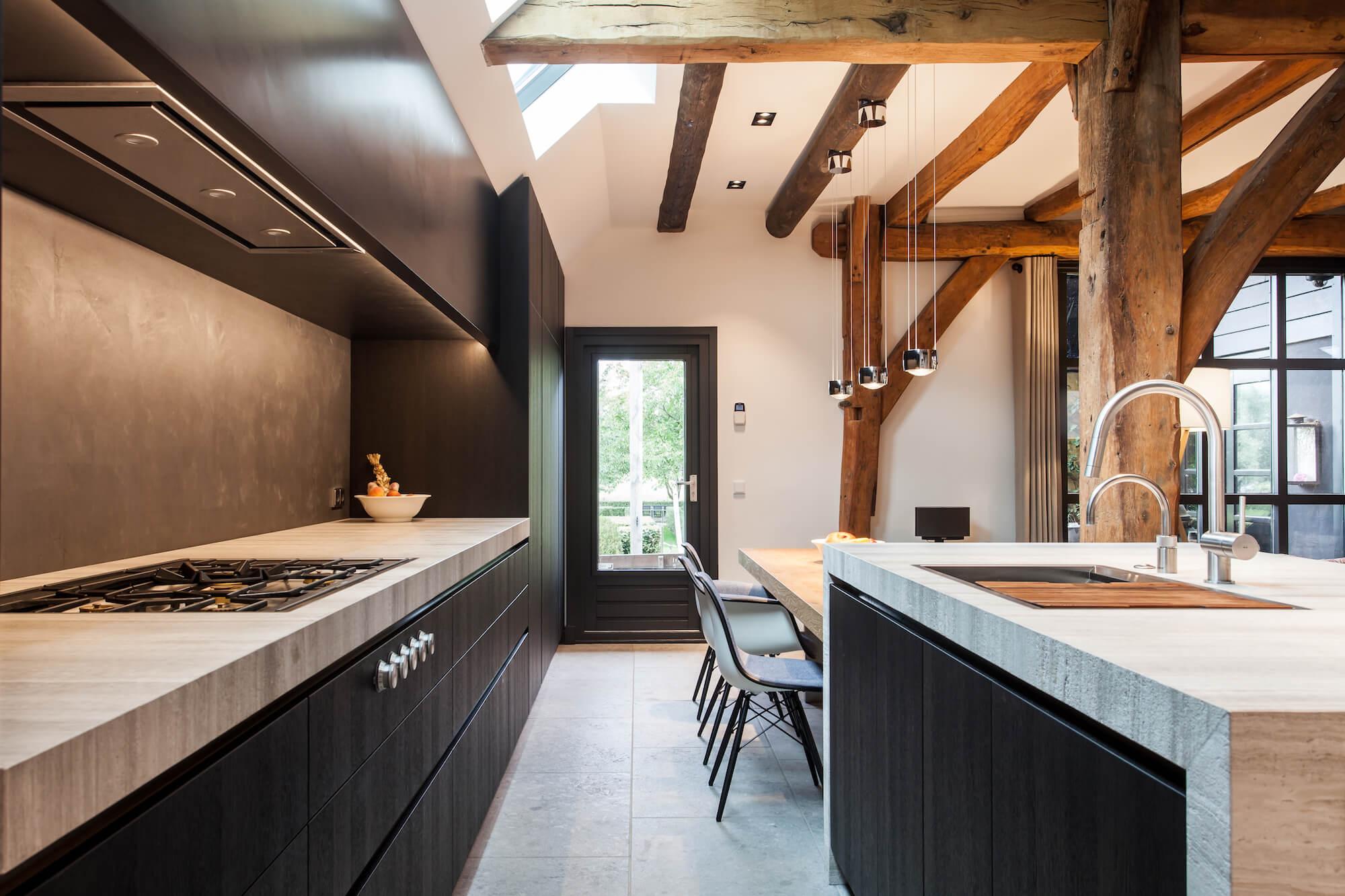 Verbouwing woonboerderij met luxe leefkeuken door Culimaat en met zichtlijnen