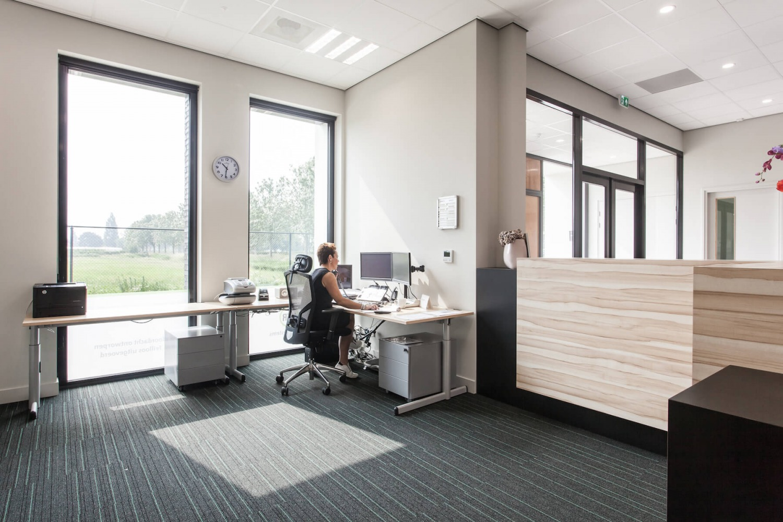 Receptie van bedrijfspand in Druten. Ontwerp door architectenbureau