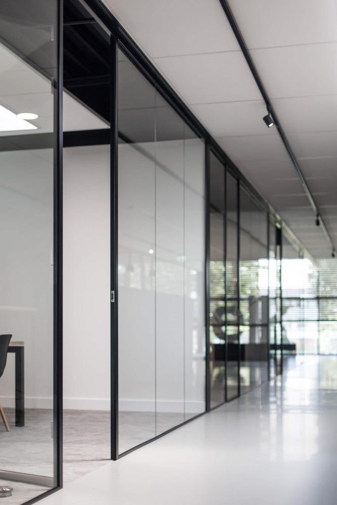 Verbouwing bedrijfspand interieurarchitect Nijmegen glazen wand